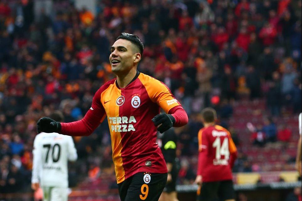 Falcao festeja con los hinchas del Galatasaray