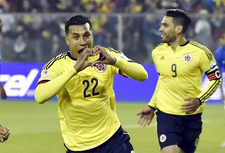 En momento álgido para la zaga de Colombia, Jeison Murillo le hace señas a Reinaldo