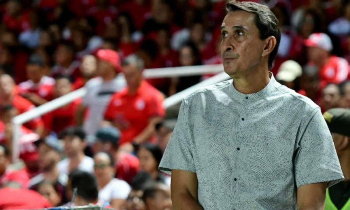 Alexandre Guimaraes al pendiente de la actualidad de Millonarios
