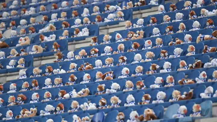 El Heerenveen puso osos de peluche en su estadio
