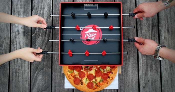 ¡Un futbolín integrado en una caja de pizza!