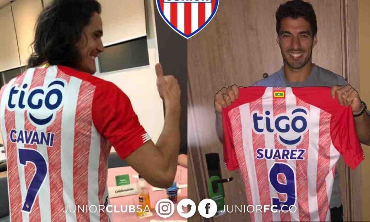Cavani, Godín y Suárez posando con la camiseta del Junior