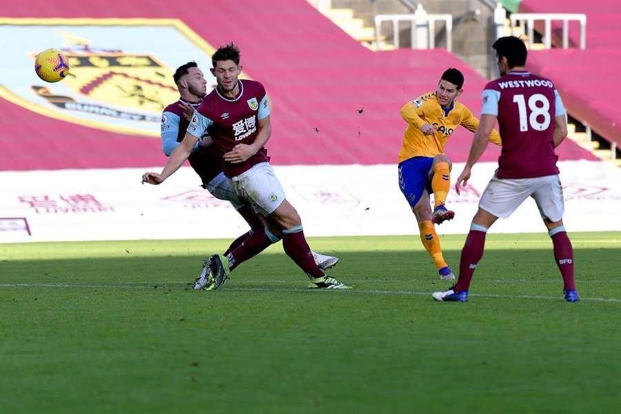 James Rodríguez pudo hacerle un golazo al Burnley
