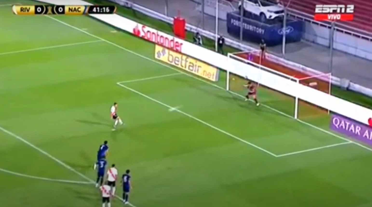 ¡Terrible penalti de Rafael Santos Borré en Copa Libertadores!
