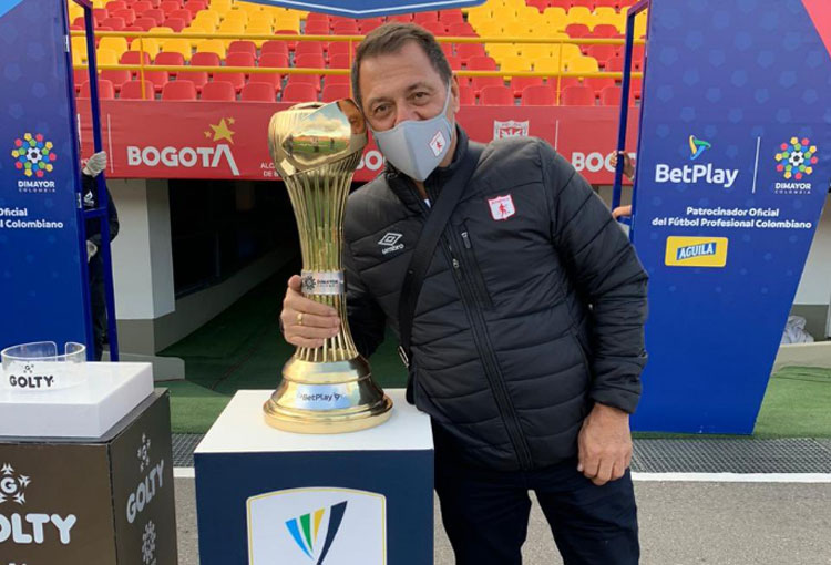 Tulio Gómez y su mensaje al trofeo de la Liga BetPlay
