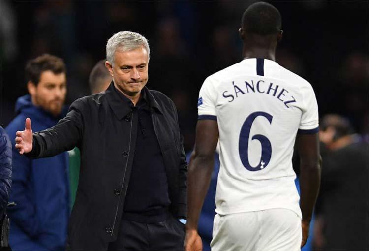 Dávinson Sánchez vuelve entre críticas de hinchas del Tottenham