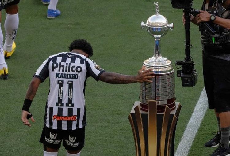 ¡Arrancó la final de la Libertadores tocando la Copa!