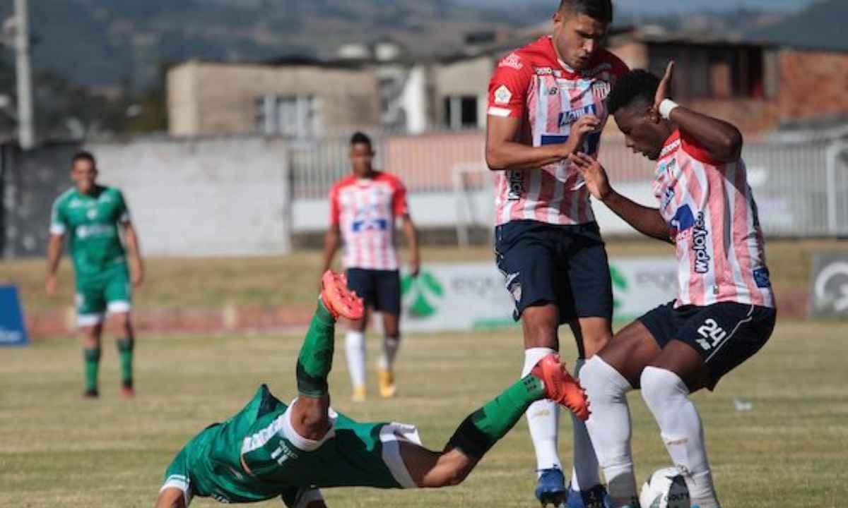 Perea y Carmelo Valencia criticaron la cancha y el arbitraje
