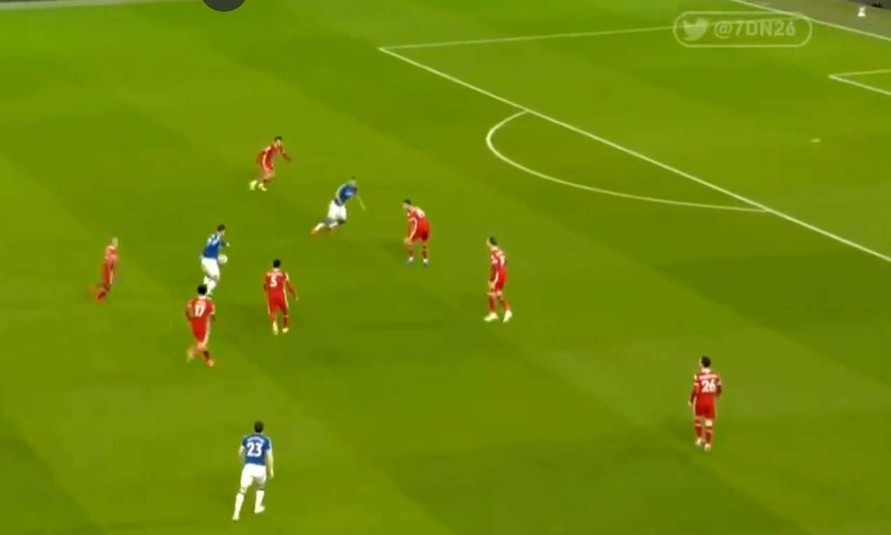 ¿Aburrido? Asistencia de James contra el Liverpool