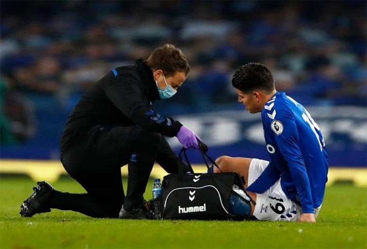 El golpe que sufrió James Rodríguez en Everton vs. Fulham