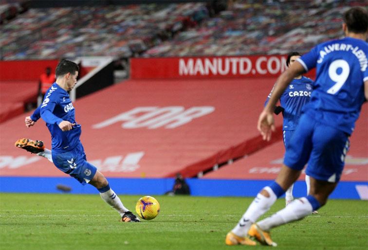 ¡Golazo de James Rodríguez a Manchester United!