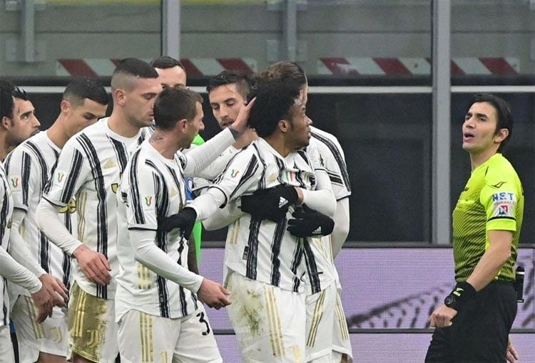 Lo dijo el árbitro dándole la razón a Cuadrado en triunfo de Juventus por Copa Italia