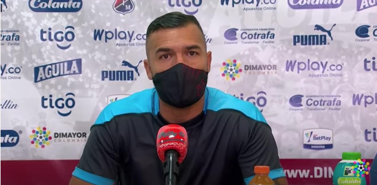 Con la camiseta al revés, Andrés Cadavid protestó contra el VAR en rueda de prensa