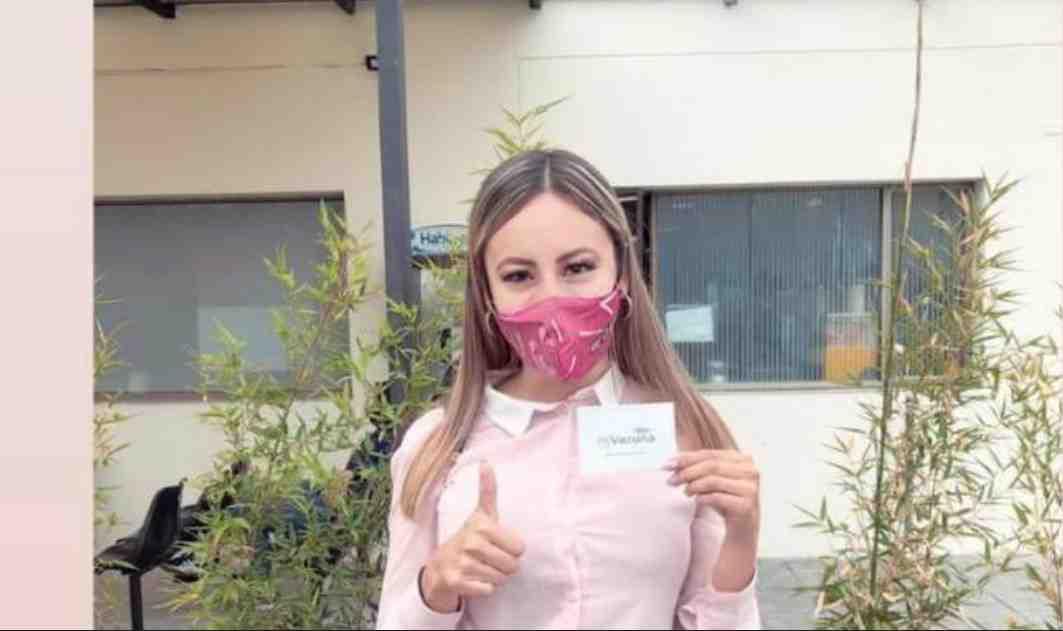 Joven politóloga que causó indignación porque ya fue vacunada contra el coronavirus
