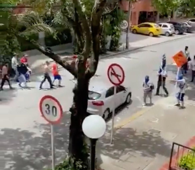 Videos: hinchas de Millonarios se enfrentaron con armas blancas al Norte de Cali