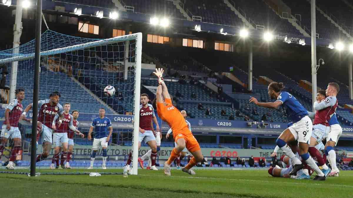 Everton, sin los colombianos, perdió ante Aston Villa y se aleja de torneo europeos