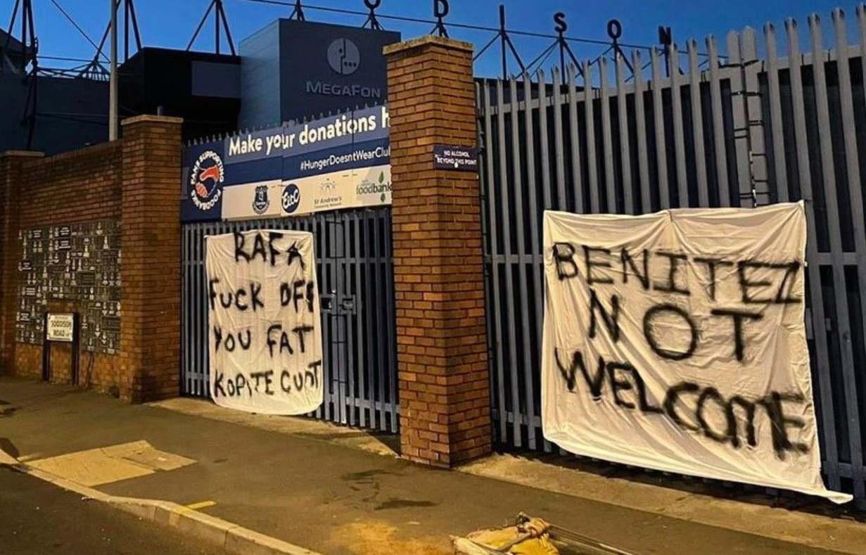 Protestas en Everton. Carteles en contra de Rafa Benítez