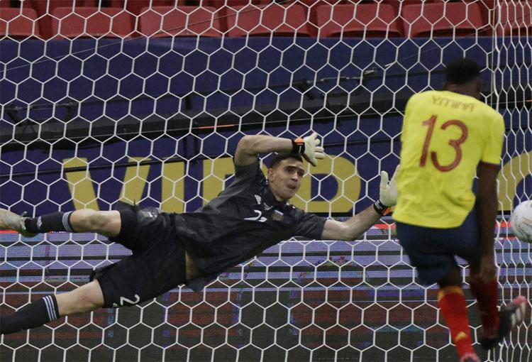 En Inglaterra hay expectativa con reencuentro entre Yerry Mina y Dibu Martínez en Premier League