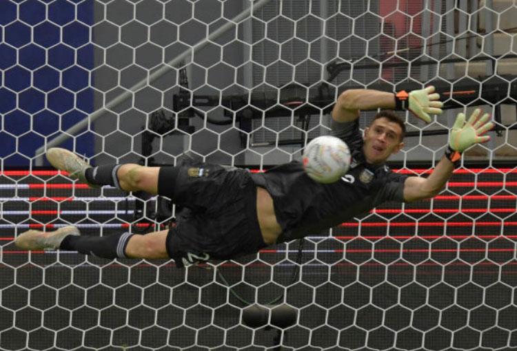 ¡Todo lo que le dijo Dibu Martínez a Yerry Mina en el penalti (audio)!
