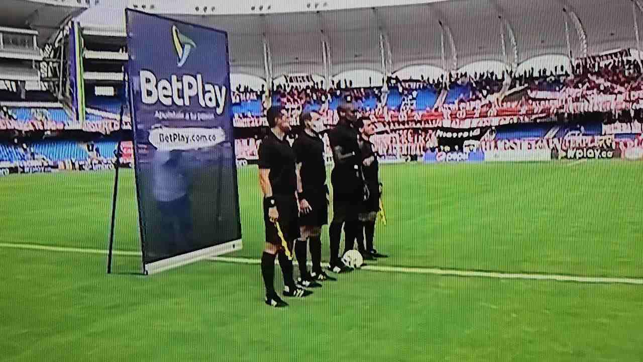 El acto de protesta de los jugadores del fútbol colombiano en los actos protocolarios