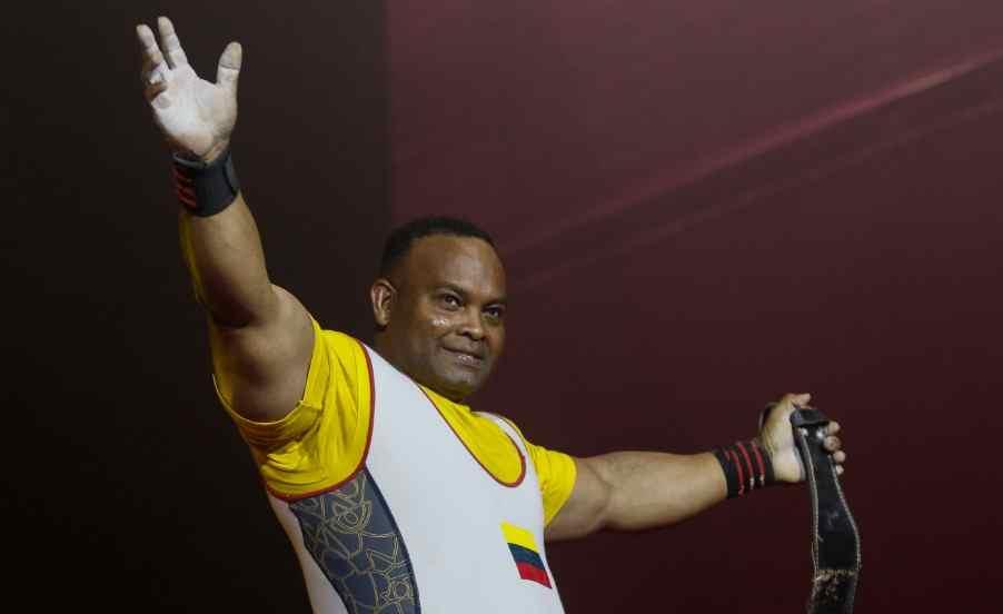 Fabio Torres porta la bandera paralímpica en Tokio 2020