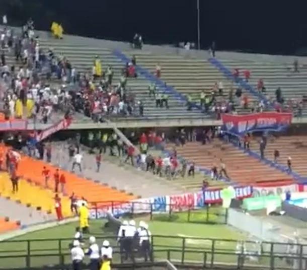 ¡Una nueva vergüenza en el fútbol! En DIM vs. América también hubo pelea entre hinchas