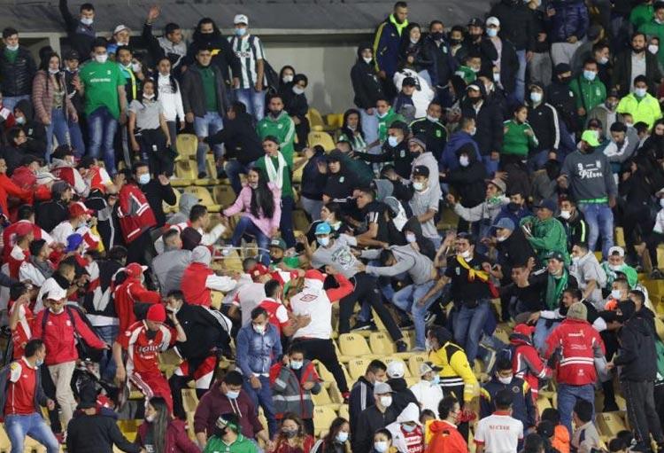 Se entregó una de las personas con camiseta de Atlético Nacional que agredió a hincha de Santa Fe en El Campín