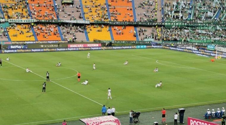 La protesta de Atlético Nacional en el inicio del juego ante Deportivo Cali