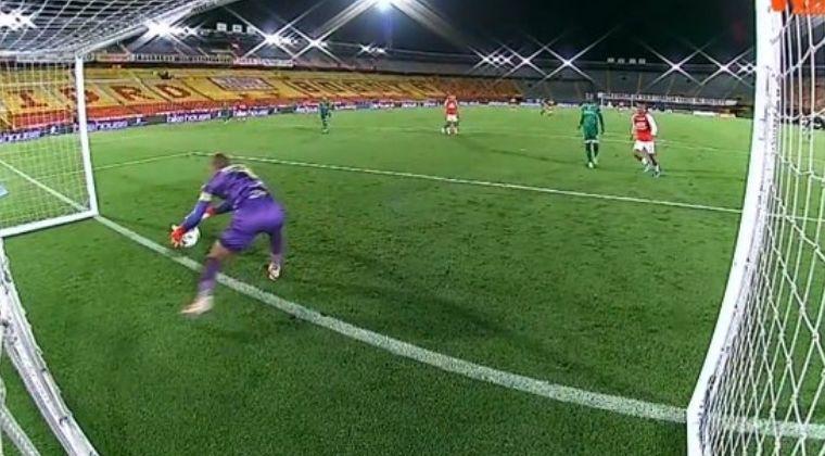 Insólito blooper de Cristian Bonilla y la polémica jugada que no terminó en gol de Santa Fe