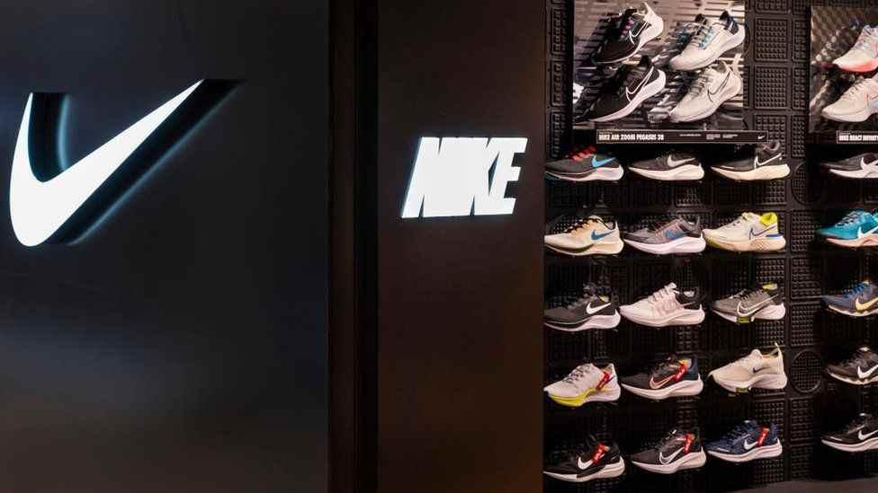 ¿Cuánto dinero ganó Nike en su último año fiscal?