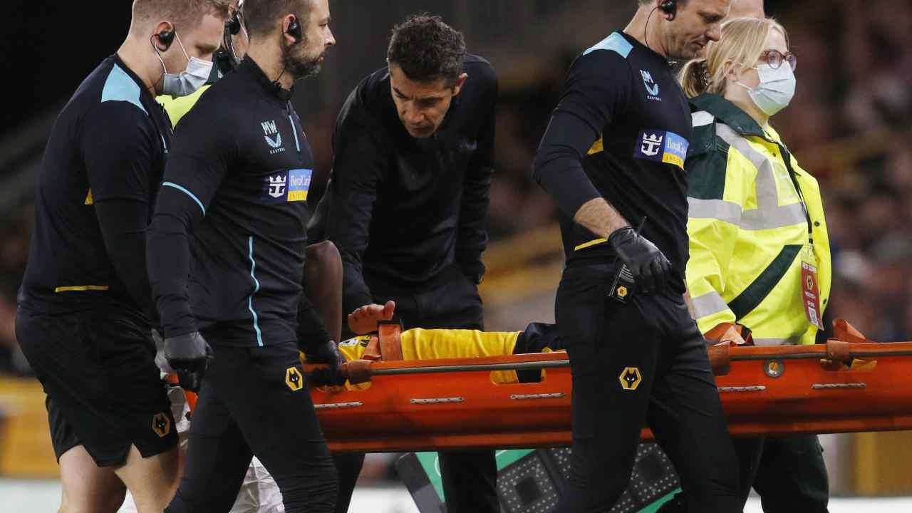 Solo duró 9 minutos Yerson Mosquera se lesionó en su debut con los Wolves