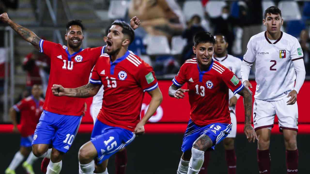 Chile goleó a Venezuela y volvió a meterse a la pelea
