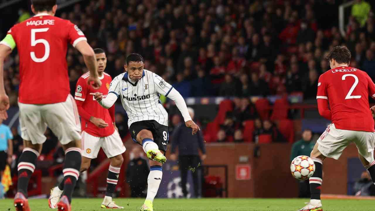 Con Zapata y Muriel, Atalanta dejó escapar la victoria en Old Trafford