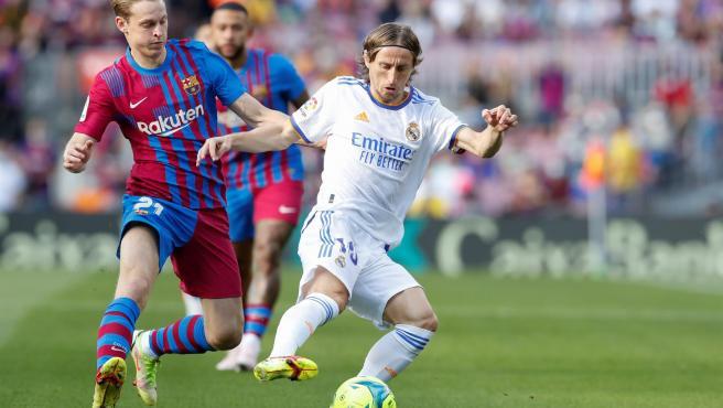 Con goles de Alaba y Vázquez, Real Madrid hunde al Barcelona en LaLiga