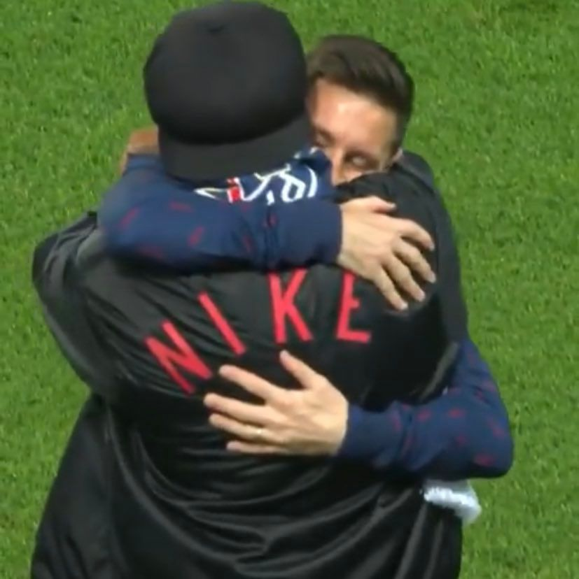 Reencuentro de cracks: Messi corrió a abrazar a Ronaldinho, invitado a partido del PSG
